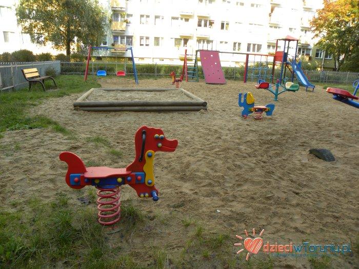 Dla dzieci w Toruniu: Plac zabaw – Buszczyńskich 3