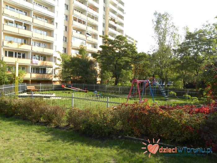 Dla dzieci w Toruniu: Plac zabaw – Piskorskiej 12