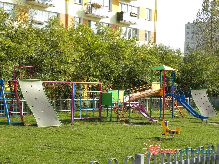 Dla dzieci w Toruniu: Plac zabaw – Dziewulskiego 22